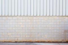 工厂墙壁由金属板和石头块,墙壁植物克里人制成 库存图片