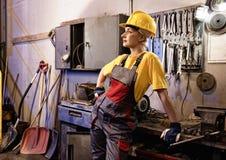 工厂女性工作者 免版税库存图片