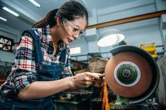 工厂女职工佩带的安全镜 库存照片