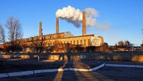 工厂工厂在蓝天背景的烟囱 库存照片