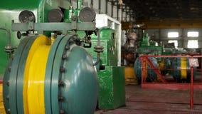 工厂或植物内部  设备、缆绳和管道系统如被找到在一个工业能源厂里面 工厂车间 股票录像
