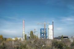 工厂烟囱和起重机 免版税图库摄影