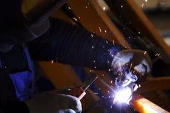 工厂焊接宏指令的产业工人 免版税库存照片