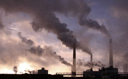 工厂用管道输送烟 免版税库存图片