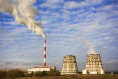 工厂用管道输送烟 库存照片