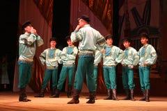 工厂的俄国传统舞蹈节日沿-快活的四对舞边缘走 库存图片