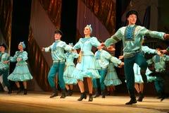 工厂的俄国传统舞蹈节日沿-快活的四对舞边缘走 库存照片
