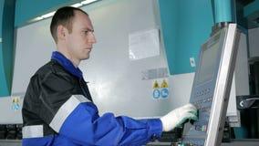 工厂的工程师控制了水力立弯机CNC 人小心地输入数据为制造的零件 影视素材