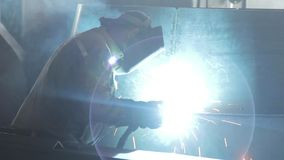 工厂的焊工酿造金属结构 股票视频