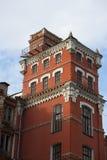 工厂的老工厂厂房从红砖的与白色修剪,在看法之外,反对蓝天,垂直 免版税库存照片