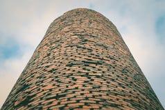 工厂砖烟囱特写镜头  由工业排放的大气污染 免版税库存图片