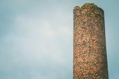 工厂砖烟囱特写镜头  由工业排放的大气污染 免版税图库摄影