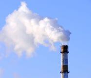 工厂管道抽烟 免版税库存图片