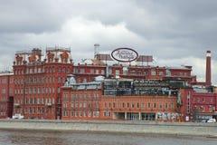 工厂红色10月阴沉的天大厦在4月 莫斯科 库存照片