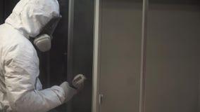 工厂绘画金属细节的工作者与粉末涂层枪  夹子 建筑工人喷漆,当时 股票录像