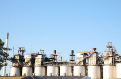 工厂背景的炼油厂产业 图库摄影