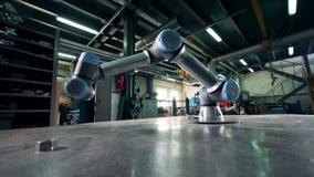 工厂胳膊移动,与在桌上的一个齿轮一起使用 影视素材