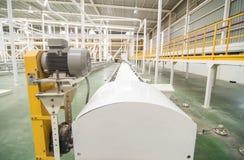 工厂设备。运输包裹的工业传动机线 免版税库存图片