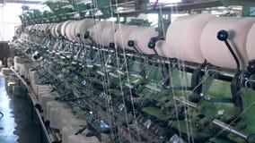 工厂设备与线团,缠绕的螺纹一起使用自动地 股票视频
