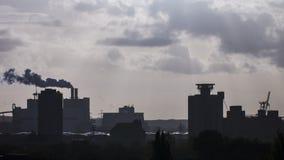 工厂设备剪影在汉堡港口 图库摄影