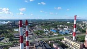 工厂设备特写镜头有红色和白色镶边烟囱的在路附近 英尺长度 工业区从上面 影视素材