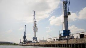 工厂设备用塔吊和水,汉堡 免版税图库摄影