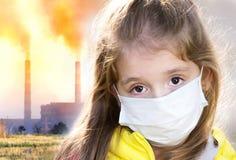 工厂设备用管道输送与肮脏的烟,大气污染 免版税库存照片