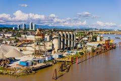 工厂设备用设备和机械在河岸 库存照片