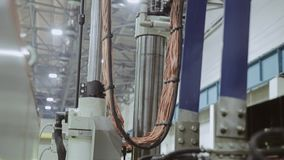工厂设备的后方的全景 电汇 连接的缆绳 影视素材