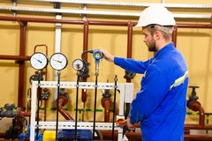 工厂设备的技术员工作者 免版税库存图片