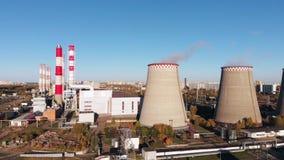 工厂设备的鸟瞰图有烟斗的在城市附近 设备行业最新的石油精炼区域 从寄生虫的看法到 影视素材