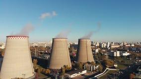工厂设备的鸟瞰图有烟斗的在城市附近 设备行业最新的石油精炼区域 从寄生虫的看法到 股票视频
