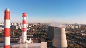 工厂设备的鸟瞰图有烟斗的在城市附近 设备行业最新的石油精炼区域 从寄生虫的看法到 股票录像