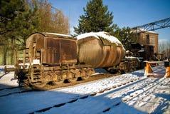 工厂设备鱼雷在冬天雪冰钢的汽车路轨 免版税图库摄影