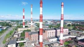 工厂设备鸟瞰图有红色和白色镶边烟囱的在工业区 英尺长度 重工业从 股票录像