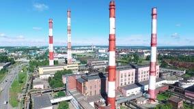 工厂设备鸟瞰图有红色和白色镶边烟囱的在工业区 英尺长度 重工业从 股票视频