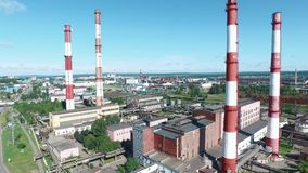 工厂设备鸟瞰图有红色和白色镶边烟囱的在路附近 英尺长度 工业区从上面 影视素材