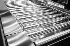 工厂路辗运输的条板箱和航空行李输送机系统 库存照片