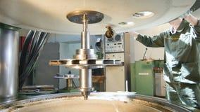 工厂雇员用途降低机制零件的操纵杆 影视素材