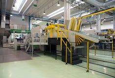 工厂-纸板粮食容器的生产 库存图片
