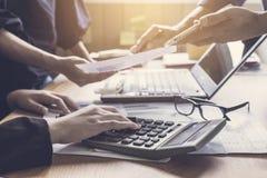 工友合作会议谈论和分析信息t 免版税库存照片