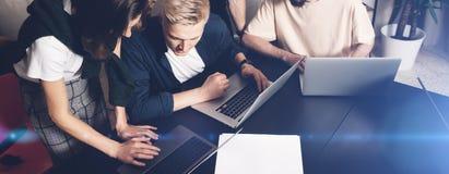 工友合作在工作 小组在创造性的办公室的时髦便衣的年轻商人 宽 免版税库存照片