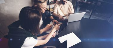 工友合作在工作 小组在创造性的办公室的时髦便衣的年轻商人 宽 免版税库存图片