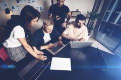 工友合作在工作 小组在创造性的办公室的时髦便衣的年轻商人 库存图片