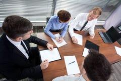 工友在会议期间在办公室 免版税库存照片