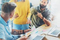 工友在工作过程现代顶楼期间的队激发灵感 交易起步概念 谈论的妇女销售报告 免版税库存图片