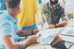 工友在工作过程现代顶楼期间的队激发灵感 交易起步概念 谈论的妇女财务报告 库存照片