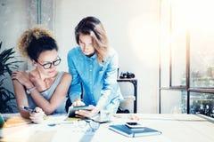 工友工作过程现代办公室顶楼 做巨大决定新的创造性的想法的年轻专家 企业咖啡夫人人扩音机小组 免版税库存图片