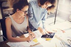 工友工作过程现代办公室顶楼 做巨大决定新的创造性的想法的年轻专家 企业咖啡夫人人扩音机小组 免版税库存照片