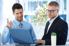 工友讨论工作在办公室 库存照片